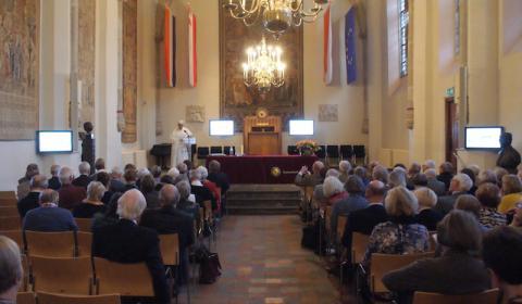 Zr Holkje van der Veer aan het woord in de Academiezaal in Utrecht.